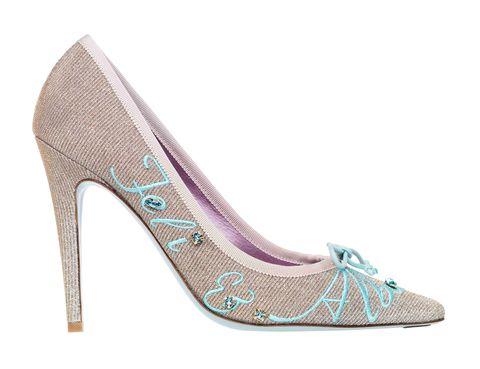 <p>La propia Alba Carrillo, de la mano de la internacional diseñadora Úrsula Mascaró, diseñó sus zapatos de novia. Un modelo en dos alturas de estilo salón, uno con tacón alto y otro midi para aguantar toda la fiesta.</p>