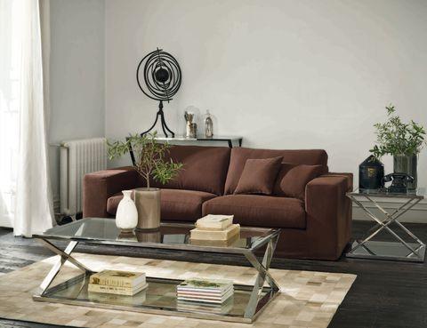 <p>Un ambiente contemporáneo también puede casar con detalles vintage. Fíjate en los libros de la mesa, en el teléfono de la supletoria o en el aire clásico del sofá. La alfombra de piel natural en beige tipo mosaico nos ha enamorado.<br />&nbsp&#x3B;</p>