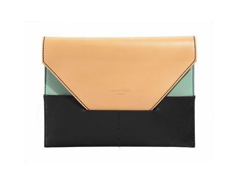<p>Nos encanta este sobre tricolor, en tonos pastel y negro, para combinar con un LBD sencillo y darle un toque de color. Cuesta 135 €.</p>