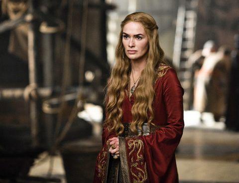<p>Cersei Lannister (Lena Headey) tiene una de las melenas más icónicas de la serie de HBO. 'Todos los Lannister comprarten el mismo color de pelo, pero en diferentes concentraciones', destaca el estilista. La actriz dispone de dos pelucas para rodar, las cuales se rizan con tenacilla para darle su característico look.</p>
