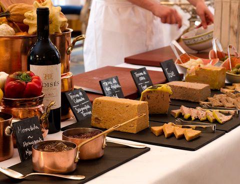 """<p>Está claro que la gastronomía es tendencia, pero más aún intentar emular a los más prestigiosos 'chefs' poniéndose el gorro y el delantal. Esto es lo que nos propone el hotel <a href=""""http://www.mandarinoriental.es/ritzmadrid/"""" target=""""_blank"""">Ritz de Madrid,</a> una suculenta clase de cocina para que compartan padres e hijos antes de la celebración en familia. Así, primero el chef Jorge González (en la imagen) impartirá la 'masterclass' culinaria, para seguir la jornada con un exclusivo 'brunch'. Todo ello al precio de 89 euros y de 44 euros para los niños de 6 a 12 años. En cuanto a los menores de seis, uno entra gratis por cada dos adultos. Puede ser bastante mejor plan que comer con los suegros, ¿o no?</p><p>&nbsp;</p>"""