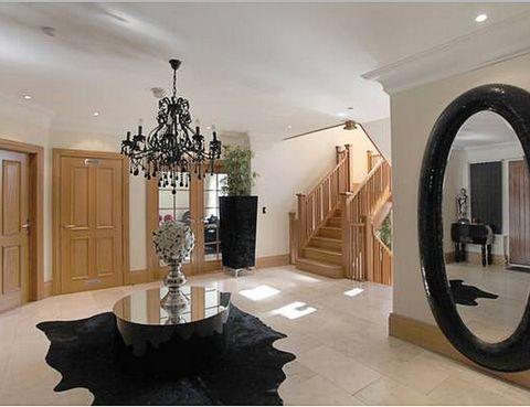 <p>La entrada ya barrunta las dimensiones de la casa, en la que priman los espacios amplios. Dispone de cinco habitaciones y tres cuartos de baño.</p>