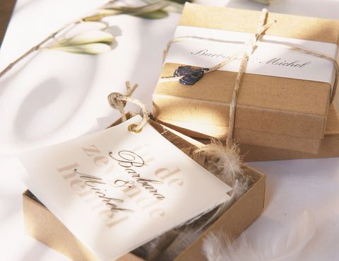 <p>Uno de los detalles que más suelen recordar los invitados de las bodas es el regalo que les hacen los novios. Si no quieres que el tuyo acabe en la basura, busca algo original pero también práctico: un fular, un marco de fotos, un pendrive, un mini kit de belleza. A todo el mundo se le conquista por el estómago, así que puedes apostar por entregar un botella de vino, de aceite o algo muy personal,&nbsp&#x3B;vuestro postre preferido en un envase de cristal con los ingredientes para poder hacerlo.</p>