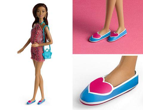 <p><strong>Agatha Ruiz de la Prada</strong>&nbsp;le ha calzado un modelo plano: un par de bailarinas azules decoradas con dos grandes corazones rojos, como guiño a las raíces de la marca.</p>