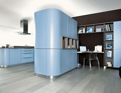 <p>Curvas y color en las cocinas Moon de Schmidt. Frentes de MDF lacado en 24 colores y un armario de doble frontal que separa la cocina de la zona de despacho.</p>