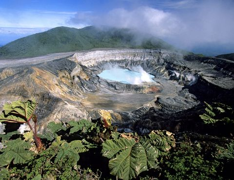 <p>El Parque Nacional Volcán Poás, en Costa Rica, alberga un cráter de un volcán con unas claras aguas verdes en su interior. Todo un espectáculo de la naturaleza con un diámetro de 365 metros que se creó debido a la cantidad de ácido sulfúrico en el agua.</p>