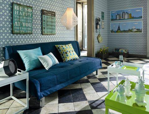 <p>Un motivo pequeño, al revés, es una buena solución si quieres aumentar el tamaño de un cuarto pequeño. Esta sala de estar completó su decoración con muebles y suelo de baldosas a juego, además de algunos elementos <i>vintage</i> en las paredes que le daban aún más personalidad.</p>