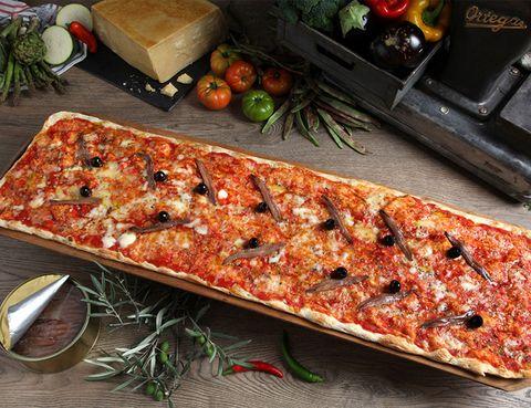 """<p>&nbsp;No hay nada que triunfe tanto entre los niños como una buena pizza. <strong>Este plato de origen italiano conquista sus pequeños paladares con sus infinitos ingredientes, pero aunque sean niños saben distinguir los buenos sabores.</strong> Llévales a <a href=""""http://www.kilometrosdepizza.com/index.php"""" target=""""_blank""""><strong>Kilómetros de pizza</strong></a>, con una masa fina exquisita, cantidad de sabores y un concepto único: pizzas descomunales. Es el restaurante ideal para disfrutar en familia o con amigos, su fama les ha llevado a 'recorrer' ya más de 85 Km en total.</p><p>Avenida de Brasil, 6 (Madrid).</p><p>Calle Palas del Rey s/n (Madrid).</p>"""