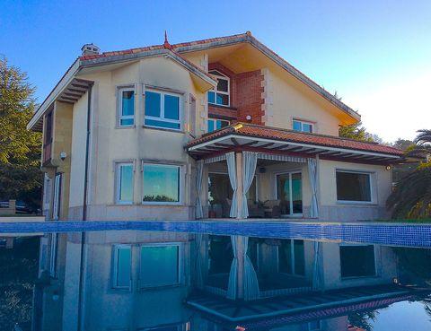 """<p>Igeldo es una de las zonas más exclusivas de Donosti y, arriba, en una zona ideal y apartada, se encuentra la <a href=""""http://www.booking.com/hotel/es/dd-d-d-ddeg-dd3dud-nd-d3-4.es.html"""" target=""""_blank"""">Villa Igeldo,</a> con su lujoso diseño, su increíble solarium, su césped e incluso su posibilidad para alquilar bicis. La casa es 'pet-friendly', cuenta con 5 dormitorios, amplia zona de estar, un baño con hidromasaje, televisor plano con canales vía satélite, zona infantil, y unas increíbles vistas al mar de alucinar. Ofrece masajes por petición.</p>"""