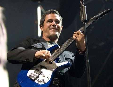 """<p>Despegó allá por los 90 con su 'Viviendo deprisa' y todavía nos acordamos de aquella sonrisa inocente. Por su nacionalidad, por su proyección, por su esfuerzo... <strong>Alejandro Sanz</strong> no podía faltar en nuestra lista. Regresa con una extensa gira en la que presentará su último trabajo 'La música no se toca'. Puedes consultar todos sus conciertos en <a href=""""http://www.nvivo.es/artistas/Alejandro+Sanz/?utm_source=blog&amp;utm_medium=link&amp;utm_campaign=conciertos-2013"""" target=""""_blank"""">www.nvivo.es.</a></p>"""