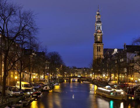 <p>2013 es un año de celebración en la ciudad de Amsterdam. En primer lugar, los canales de la ciudad cumplen la nada desdeñable cifra de 400 años, mientras que el famoso museo Van Gogh acaba de reabrir sus puertas tras una exhaustiva remodelación. ¿El alojamiento más especial? El hotel Faralda NDSM, en lo alto de una grúa portuaria, que se inaugura en noviembre.</p>