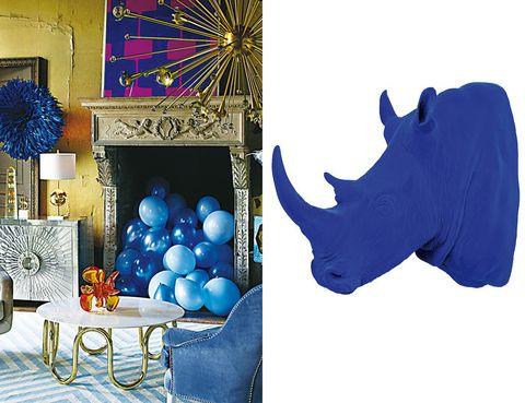 <p>Se llama <i>klein</i> y (por fin) esta temporada da el salto del mundo de la moda y la belleza al de la decoración. El primero en hacerse eco ha sido <strong>Jonathan Adler,</strong> que firma el ecléctico espacio de la izda. Fascinante también es el rinoceronte de resina, tamaño natural, de <strong>MiO. </strong></p>