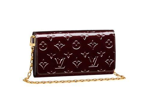 """<p>En la billetera '<a href=""""http://es.louisvuitton.com/esp-es/productos/billetera-chaine-monogram-vernis-007743#M90088"""" target=""""_blank"""">Chaine</a>' de <strong>Louis Vuitton</strong> en tono vino y confeccionada con piel '<strong>Monogram Vernis</strong>' (775 €), está impreso el sello del 'glamour' y la sofisticación. ¿Las opciones? Llevarlo colgado al hombro o en la mano en clave 'clutch'. Además, lo puedes tener en 24-48 horas en tu casa gracias a su venta online (<a href=""""http://es.louisvuitton.com/esp-es/productos/billetera-chaine-monogram-vernis-007743#M90088"""" target=""""_blank"""">www.louisvuitton.com</a>).</p>"""
