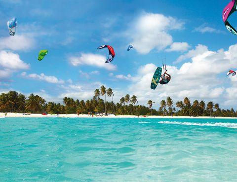 """<p> <strong>Playa Cabarete (<a href=""""http://www.godominicanrepublic.com"""" target=""""_blank"""">República Dominicana</a>)</strong><br />Las playas dominicanas del norte, como la Cabarete, son de anuncio, y figuran entre las mejores en el mundo&nbsp;para&nbsp;iniciarse en el manejo de estas cometas (desde 37 euros). Agosto es la mejor temporada&nbsp;para&nbsp;hacer <a href=""""http://www.activecaribe.com"""" target=""""_blank"""">kitesurf,</a> y solo necesitas saber nadar. Si viajas en septiembre desplázate hasta San Pedro de Macorís, al sur de la isla,&nbsp;para&nbsp;vivir el ambiente callejero de su carnaval y bailar junto a sus singulares diablos guyolas.&nbsp;</p>"""