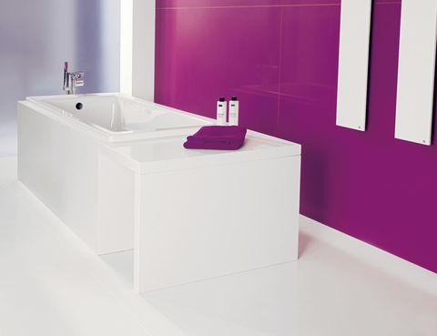 <p>Gana color con Silestone: el modelo Blanco <i>Zeus</i> cubre la bañera, y el <i>Magenta Energy</i>, la pared. De gran formato y juntas casi invisibles (c.p.v.), de Cosentino.</p>