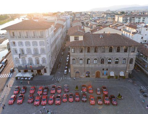 <p>El siguiente destino fue la ciudad italiana de <strong>Florencia</strong>, donde el equipo hizo notar su presencia agitando las banderas del viaje. </p>