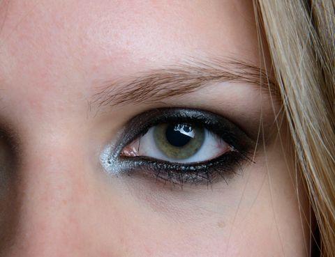 <p>¿La clave de <strong>Jill Stuart</strong> para un ahumado diez? Delinea el ojo en negro y marca la cara interna del lagrimal con un lápiz blanco o plata para dar un toque de luz y abrir la mirada. </p>