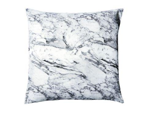 <p>Pero en el fondo este cojín es muy blando. La funda es de algodón con estampado marble, mide 50x50 cm y se vende en H&amp;M Home. </p>