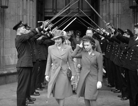 <p>Junto a su hermana menor la princesa Margarita saliendo de la Abadía de Westminster.</p>