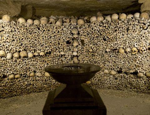<p>Si hablamos de lugares adornados con huesos, no pueden faltar las famosas catacumbas de París. Literlamente debajo del encanto y la magia de la ciudad de la luz existe una red de túneles de unos 300 kilómetros cuyas paredes están decoradas con los huesos de más de seis millones de personas. Su origen se remonta a finales del siglo XVIII cuando el Cementerio de los Inocentes se había convertido en un foco de infecciones y decidiron trasladar los restos a estas calles subterráneas utilizadas como canteras.</p>
