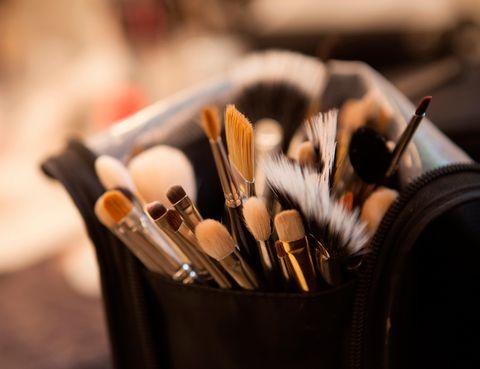 <p>Extremar la higiene es uno de los mejores consejos para evitar problemas en la piel. Pero eso también se aplica a las brochas que empleas para maquillarte: 'Hay que limpiarlas al menos una vez al mes con un producto adecuado. Esto minimizará el riesgo de alergia a la vez que alargas su vida de uso', cuentan los expertos de La Roche-Posay.</p>