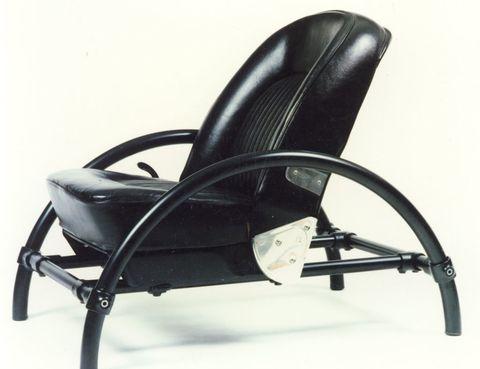 <p> <strong>Alcanzaste el éxito con el primer objeto que diseñaste. ¿Eso facilita el camino o acaba pesando como un losa?</strong><br />Surgió todo en el momento oportuno y hubo reacciones muy buenas. La <i>Rover Chair</i> (en la imagen) se relacionó con grandes obras de la historia del arte, como el toro con el sillín de bicicleta de Picasso o con una silla de Prouvé, y se acabó convirtiendo en un icono de los 80. Si alguien hace una lista de las piezas más reconocibles o las más vendidas, tal vez estaría ahí, pero el éxito es otra cosa. El triunfo se mide en cada trabajo, analizando si has cumplido los objetivos que te planteaste con él y con qué habilidad has conseguido hacerlo. Tiene que ver con el interés en todo lo nuevo y la curiosidad constante.</p><p> <strong>¿Te sientes más cómodo como diseñador o como arquitecto?</strong><br />En arquitectura tienes que lidiar con muchas regulaciones y negociar con las autoridades, el constructor, el cliente, la policía, los bomberos, los vecinos, las mujeres, los maridos... Además, como arquitecto eres subsidiario, no dices «voy a construir una ópera» sin que alguien te la haya encargado. Sin embargo, como artista tienes una idea y, si crees en ella, la llevas adelante. No tienes que convencer a nadie.</p><p> <strong>Oscar Wilde definió el arte diciendo que era algo que no tenía ninguna función. ¿Podríamos decir que el diseño se convierte en arte cuando carece de utilidad?</strong> <br />Ninguna definición dura para siempre, aunque esta sirvió durante un tiempo. Me interesa más otra cosa que dijo Wilde sobre que había dos tipos de personas: las excitantes y encantadoras, y las aburridas o tibias. Así que cuando hablo de arte o diseño no me preocupa si es útil o no, sino si es divertido o aburrido. A veces cumple una función y otras no.</p><p> <strong>Dejaste tu país con veintipocos años. ¿Con qué ojos miraba el Londres de los 70 un chico que venía de Israel?</strong><br />Imaginaba Inglaterra de otra manera, esperaba alg