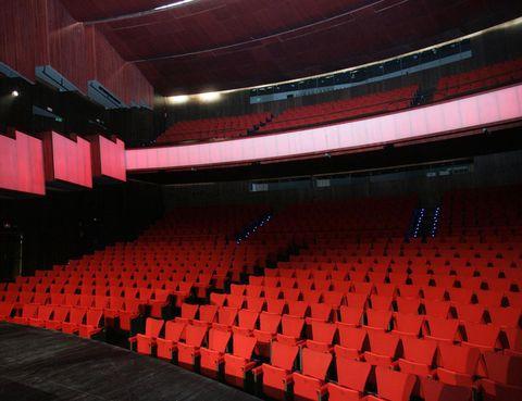"""<p>Cuando vamos a ver un teatro, son pocas cosas las que se quedan en nuestra retina: el terciopelo de los sillones, el olor característico del vestíbulo y, con suerte, el ruido de los camerinos si nos acercamos a pedir un autógrafo. Por suerte, los <a href=""""http://www.teatroscanal.com/tu-visita/visitas-guiadas/"""" target=""""_blank""""><strong>Teatros del Canal</strong></a> abren sus puertas en un recorrido guiado los días 12 de julio a las 19:00 horas y&nbsp&#x3B; 14 de julio a las 11:00 horas. La visita, gratuita hasta completar el aforo de 20 personas y con una duración aproximada de 1 hora, supone una oportunidad única de conocer el teatro desde otro punto de vista.</p>"""