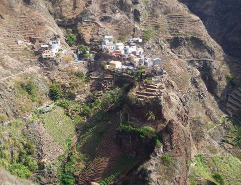 """<p> <strong>Santo Antão (<a href=""""http://www.capeverde.com"""" target=""""_blank"""">Cabo Verde</a>)</strong><br />Las montañas de esta isla caborvediana parece que se arrojan sobre el mar. Su pasado volcánico ha procurado unos singulares paisajes que enamoraron a Belén y José, dos españoles propietarios de <a href=""""http://cavoquinho.com"""" target=""""_blank"""">Casa Caboquinho</a><a href=""""http://cavoquinho.com"""" target=""""_blank"""">,</a> un alojamiento rural entre escarpadas laderas, donde una doble solo te costará 35 euros. La ubicación es perfectaparatodas tus itinerarios senderistas. Santo Antão hay que descubrirlo a pie, tomando el pulso al paso que caminan los lugareños mientras realizan sus faenas, visitando plantaciones de caña de azúcar y café o conociendo las destilerías del espirituoso grogue.</p>"""
