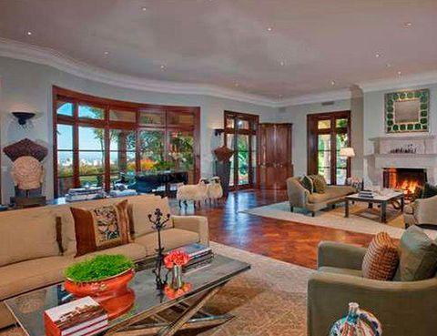 <p>Repartidos por las tres plantas de la vivienda, hay varios salones. Esta propiedad pasa a engrosar el amplio portfolio de Elton John y se suma a las que ya posee en Atlanta, Niza, Windsor y Londres.</p>