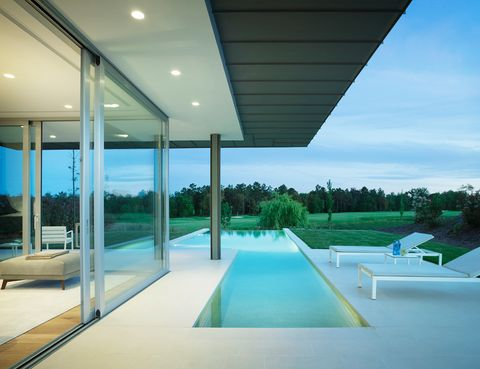 <p>Integrada en la terraza solarium, la piscina desbordante parece formar parte del salón, separado visualmente tan sólo por una amplia corredera de cristal. Dos grandes terrazas, un porche y una barbacoa-<i>kitchenette</i> rodean la piscina.</p>