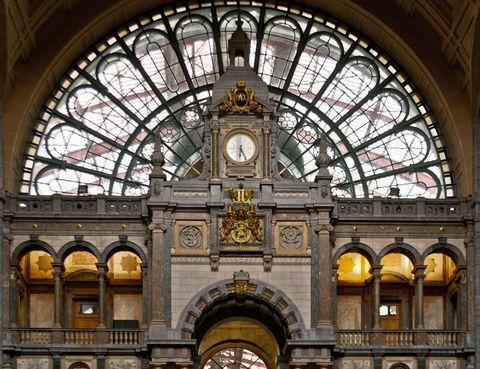 <p>Toda una obra de arte, esta estación inaugurada en 1905 fue obra de Luis Delacenserie. Lo más característico de su majestuoso estilo es la cúpula que se sitúa sobre la sala de espera, aunque más recientemente ha sufrido numerosas modificaciones para resultar más funcional como la ampliación de sus niveles para acoger trenes de alta velocidad.</p>