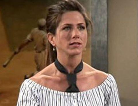 <p>Rachel ya llevaba camisas con escote Bardot. Pero, además, las lucía con una corbata. Tú estarás perfecta con un pañuelo.</p>