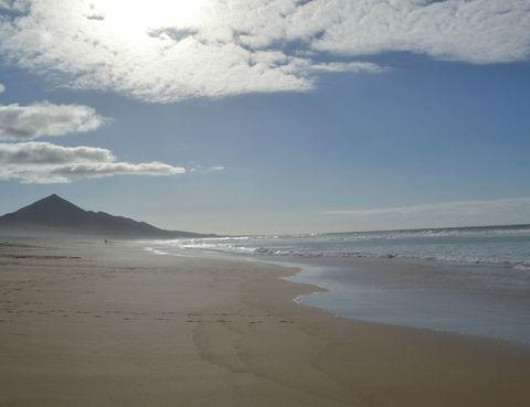 <p>En la canaria Fuerteventura solo tienes que acercarte hasta Morro del Jable para pasear o sumergirte en esta bella inmensidad.</p>
