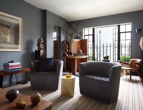 <p>Para ampliar las dimensiones del mini apartamento, el suelo de roble se cubrió con una alfombra rayada, de Kravet. Las dos butacas giratorias están recubiertas en lino gris, de la misma firma. La pequeña mesa geométrica en latón es de la artista Libanesa Karen Chekerdjian, en Maison Gerard.</p><p></p>