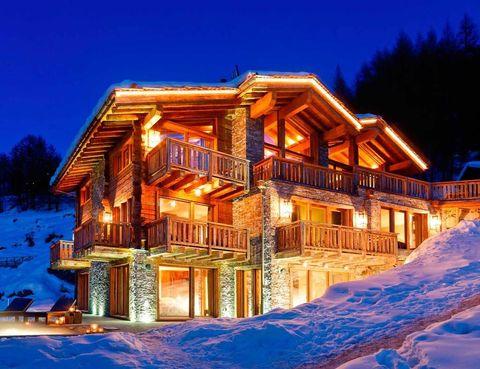 <p>El lujoso refugio se distribuye en tres plantas espectaculares, que cobran vida con la iluminación nocturna.</p>