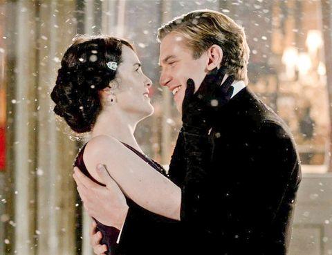 <p>La relación entre Mary y Matthew tuvo varias idas y venidas entre el amor y el odio a lo largo de los años. En el especial de Navidad de la segunda temporada por fin los dos protagonistas se comprometieron con un romántico beso bajo la nieve.</p>
