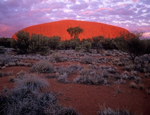 <p>En el Parque Nacional Uluru-Kata Tjuta es especialmente famosa la imagen del monolito Uluru o Ayers Rock al atardecer, cuando se cubre por completo de un tono rojo brillante inigualable.</p>