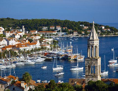 <p>Flotando en el mar Adriático, esta isla croata se ha convertido en el rincón más <i>chic</i> de la zona. Hasta aquí llegan cientos de yates en busca de sol, playa y diversión, y no hay duda de que lo consiguen: sus playas de arena blanca y sus locales de moda lo atestiguan. Esta 'Saint Tropez croata' se jacta de ser el punto más soleado de todo el Adriático, aunque no todo aquí consiste en broncearse: su arquitectura, una mezcla de estilo gótico y renacentista de influencia veneciana, no puede pasarse por alto. </p>