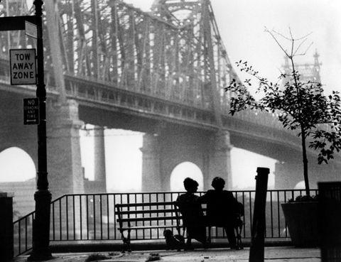 <p>Si hay un director que incluye a la ciudad de Nueva York casi como un personaje más de sus películas, es es Woddy Allen. <i>Balas sobre Broadway</i>, <i>Anny Hall</i>, <i>Everyone says I love you</i> y un gran número de títulos, pero sin duda el primero que viene a la cabeza es <i>Manhattan</i> y &nbsp;la escena en blanco y negro con el puente de Queensboro de fondo, la música de George Gershwin sonando y los personajes de Isaac y Mary sentados en un banco que ya no existe.</p>