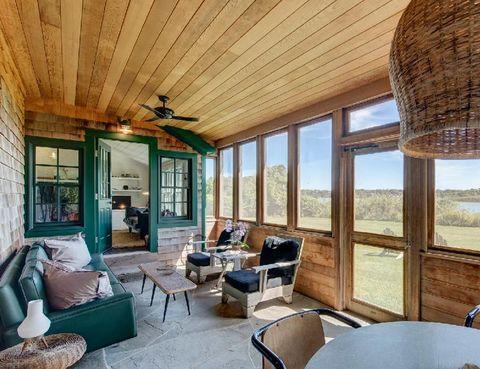 <p>Es el estilo que marca su casa de Montauk, en Los Hamptons. El porche cubierto está lleno de detalles <i>rustic chic,</i> como las paredes y el techo de listones, el suelo de piedra o los muebles de madera.</p>