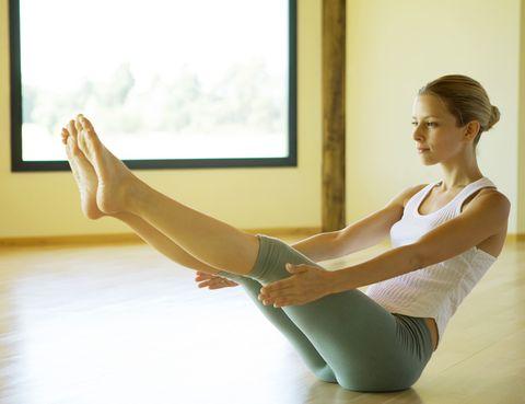 """<p> Los beneficios que aporta la práctica de Pilates son numerosos. En palabras del propio Joseph Pilates: """"En 10 sesiones sentirá la diferencia, en 20 verá la diferencia y en 30 usted estará en el camino de tener un cuerpo nuevo"""". <br /> En primer lugar, mejora la <strong>corrección postural</strong>: el método Pilates fortalece los músculos lumbares y abdominales (la llamada 'casa del poder' que permite desarrollar la fuerza en el centro del cuerpo). Esto permite <strong>reducir los dolores de espalda</strong>, ya que se corrigen las malas posturas. Además, influye sobre el <strong>control de la respiración</strong>, reduciendo el estrés y favoreciendo los movimientos. Mediante las respiraciones profundas que se llevan a cabo durante el Pilates, se trabaja toda la capacidad pulmonar, a diferencia de la respiración normal en la que solo se utiliza la parte superior de los pulmones.</p><p>En cuanto a los <strong>músculos</strong>, la práctica regular de Pilates permite tonificarlos pero, además, alargarlos (a diferencia de trabajos como el levantamiento de peso que tienden a a hacerlos más cortos). Por supuesto, el método Pilates aumenta la<strong> flexibilidad</strong> y mejora el tono del <strong>suelo pélvico</strong>, perfecto para evitar pérdidas de orina en la madurez.</p>"""