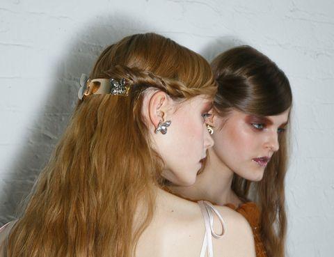 <p>Semirrecogido retorcido con un pasador dorado, propuesta de Rodarte. Las ondas pueden conseguirse fácilmente retorciendo mechones de cabello y 'planchándolas' con una 'styler'.</p>