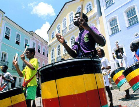 <p>A pesar de la gran fama que tiene su homónimo en Río, el carnaval de Salvador de Bahía está acreditado por el libro Guinness de los Records como la mayor fiesta callejera del mundo. Su carácter es más espontáneo y libre, y tiene como atracción principal a los llamados 'tríos eléctricos', grandes escenarios con ruedas en los que las bandas musicales tocan mientras se desplazan entre la multitud. Además de los tríos eléctricos, también es habitual ver tocar en las calles a los <i>afoxés</i>, agrupaciones que cantan y tocan a ritmo de grandes tambores. Por otro lado, también existen los <i>blocos</i>, agrupaciones vecinales que interpretan diversos ritmos a modo de comparsa. ¿Quien dijo aburrimiento? (del 7 al 12 de febrero de 2013).</p>