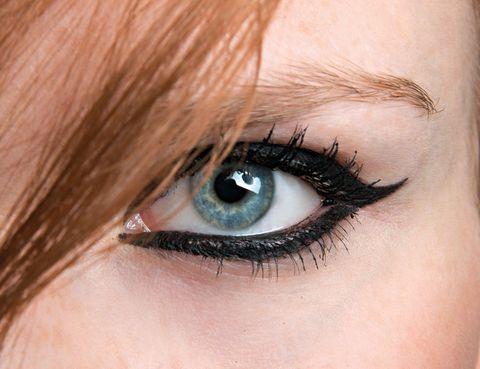 <p>Así son las miradas más sugerentes. Delinea con un rotulador negro intenso todo el ojo desde el lagrimal, y marca un rabillo ascendente. ¿Te animas?</p>