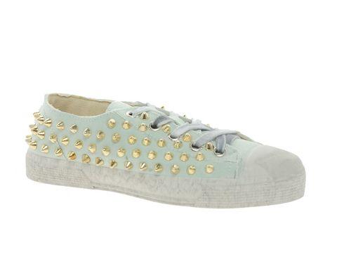 <p>En color menta y tachuelas doradas, nos encantan estas zapatillas bajas de <strong>Guienchi</strong> (279,18 €).</p>