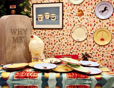 <p>...¿qué las gallinas? Nos ha impactado esta vajilla <i>rustic chic</i> con platos, tazas, vasos, manteles y papel pintado. De <strong>Seletti</strong> &amp; <strong>ToilettPaper</strong>.</p>