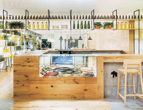 """<p> Cocina gallega de mercado en un ambiente fresco creado por Zooco Estudio son las señas de identidad de Atrapallada.&nbsp;Paseo de las Acacias, 12. Madrid. Tel.: 915 390 892.<br /><a href=""""/edicion/gallery/763877/(offset)/restauranteatrapallada.com"""" target=""""_blank"""">restauranteatrapallada.com</a></p>"""