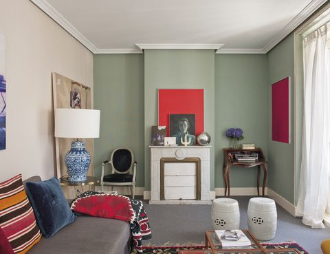 <p>El sofá, hecho a medida, está flanqueado por dos lámparas de tibores chinos, de Anmoder.&nbsp;</p>