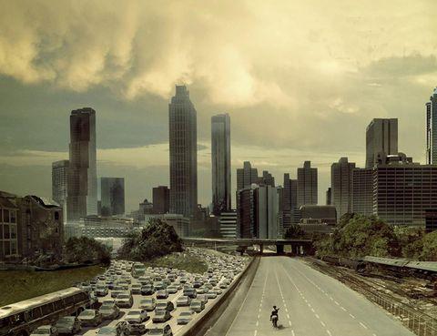 """<p>Los fans más acérrimos de la serie 'The Walking Dead' disfrutaran al máximo con una visita a los escenarios reales del rodaje en la ciudad de Atlanta, (Estados Unidos). Con la ruta <a href=""""http://atlantamovietours.com/big-zombie-tour/"""" target=""""_blank"""">'Big Zombie Tour'</a> de la empresa Atlanta Movie Tours visitarán cada punto de la ciudad junto a un guía que conoce las anécdotas más interesantes. Desde el hospital donde comienza la historia, al puente de Jackson Street o el CDC (Center for Disease Control).</p>"""