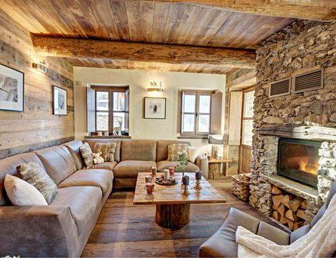 <p>En el salón destaca un sofá de Bodema, tapizado con cuero de aspecto envejecido. Las sillas son de Alcántara y, por supuesto, no falta una acogedora chimenea.</p>